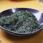 Feuilles de Kirishima Aracha Shincha lors de la dégustation sur le site directement après le traitement (Photo : Arun Herzog)