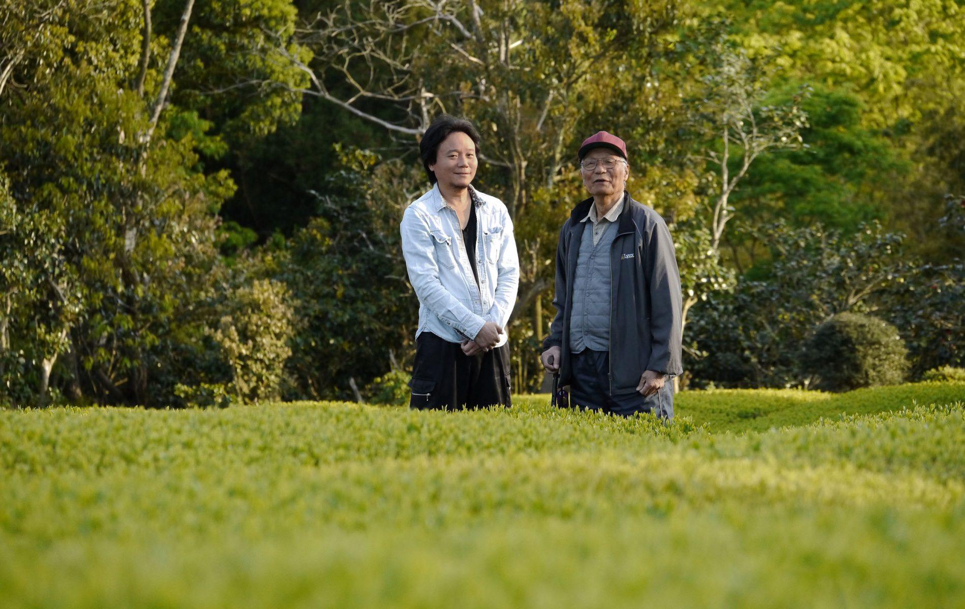 Kimihiko et Iwao Hayashi dans leur jardin de thé biologique à la préfecture de Mie, 20 avril 2018