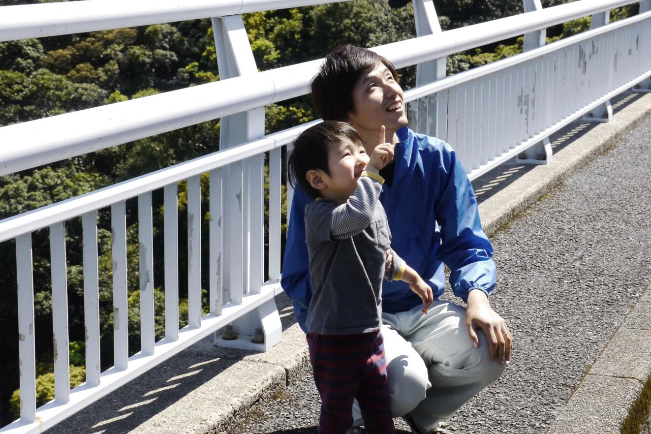 Keita Watanabe avec son fils âgé de 2 ans
