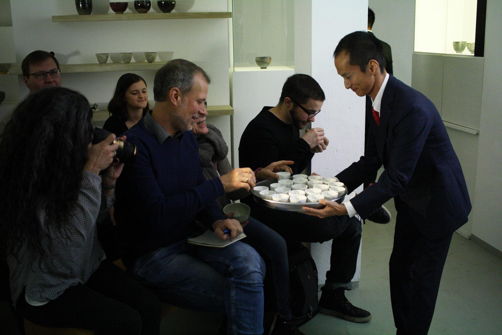 Shutaro distribue le thé Kirishima à nos invités