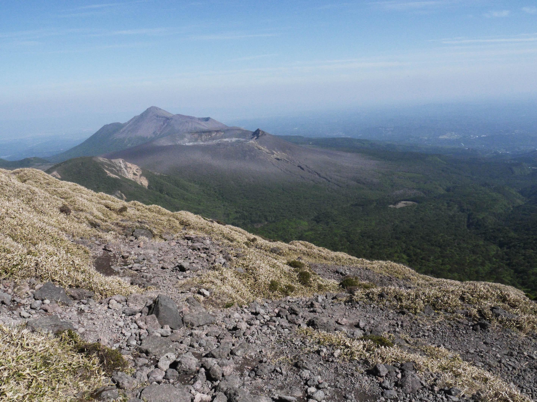 KIRISHIMA - Vue depuis le cratère du volcan Karakuni jusqu'à la mine de Takachiho-no